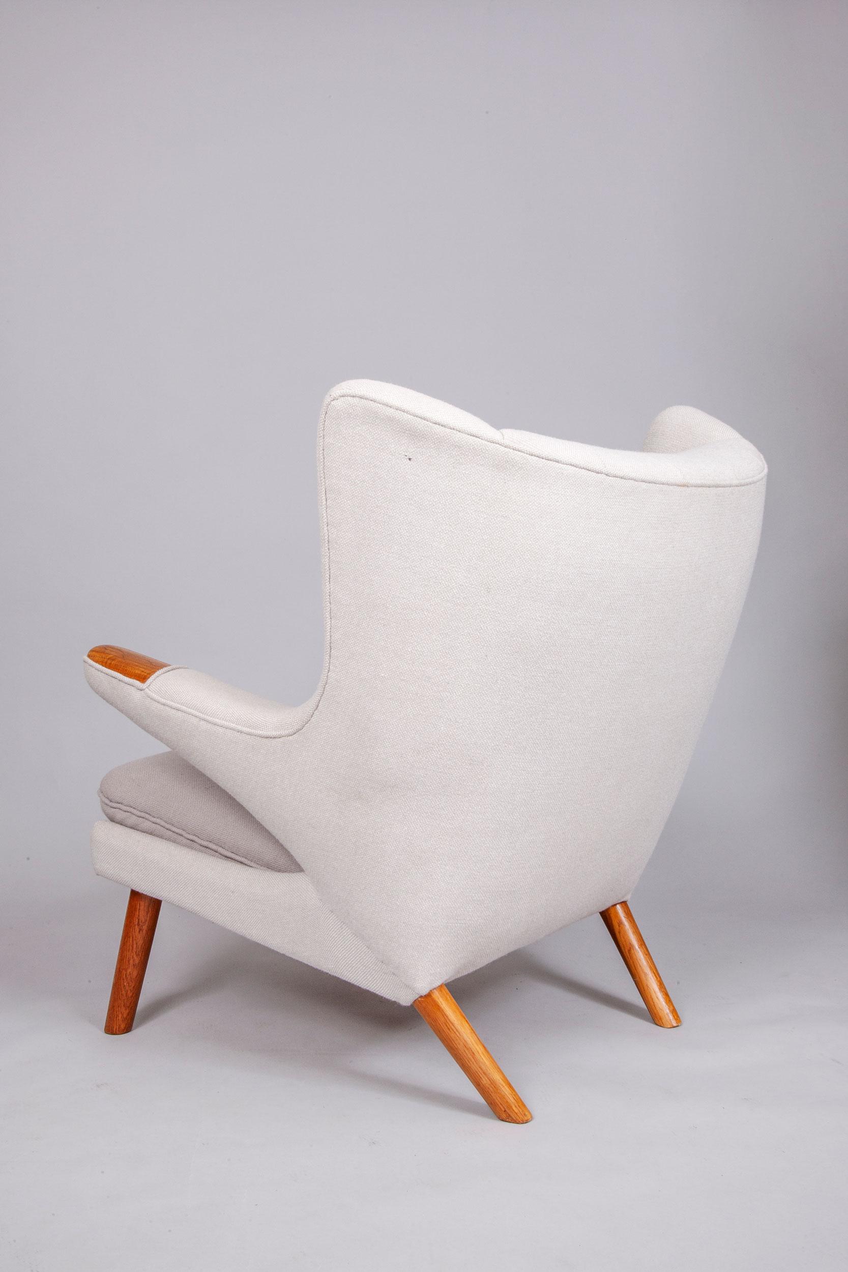 Hans-Wegner-Papa-Bear-chair